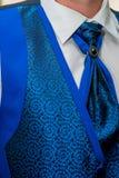 Affärsmannen bär ett blått omslag Ansar morgonförberedelsen royaltyfri bild