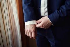 Affärsmannen bär ett omslag Kors klädd bärande jac för fashionist arkivfoton