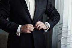 Affärsmannen bär ett omslag Politikern stil för man` s, man räcker cl Royaltyfria Foton