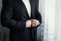 Affärsmannen bär ett omslag Politikern stil för man` s, man räcker cl Arkivbilder