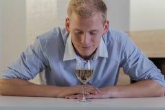 Affärsmannen bör inte dricka alkohol Royaltyfri Bild