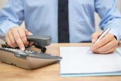 Affärsmannen behöver hjälp för lagligt dokument arkivbilder