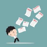 Affärsmannen bekymmer och fruktar listan av räkningar eller fakturerar för betalning, ner från himlen, det finansiella begreppet Royaltyfri Foto