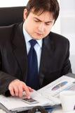 affärsmannen documents finansiell working arkivfoton