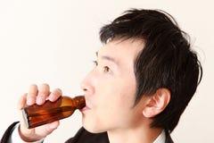Affärsmannen dricker vitamindrinken Arkivbild