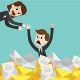 Affärsmannen eller chefen har många emails Affärskvinnan hjälper hennes kollega Arkivfoto