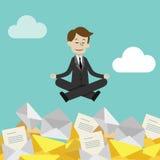 Affärsmannen eller chefen har många emails- men uppehällestillhet som gör yoga i lotusblomma för att posera Jobbet är färdigt lyc Royaltyfri Bild