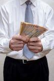 Affärsmannen eller politikern som räknar en Hryvnia sedlar, muter f Arkivbild