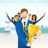 Affärsmannen får koppen för den bända vinnaren, folk vektor illustrationer