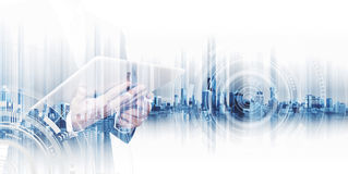Affärsmannen för dubbel exponering som arbetar på den digitala minnestavlan, begrepp av affärsteknologi, knyter kontakt Arkivbild