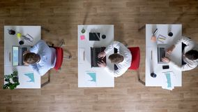 Affärsmannen för tre barn kommer till arbetsplatsen med kaffe samtidigt, arbetsbegreppet, kontorsbegreppet, kommunikation lager videofilmer
