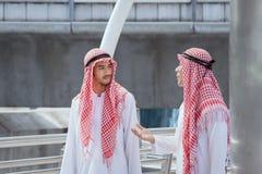 Affärsmannen för två arab diskuterar, råder och går tillsammans omkring Arkivfoto