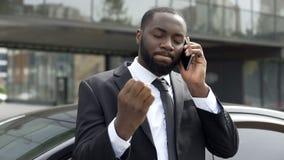 Affärsmannen förargade vid otrevlig telefonkonversation, problem i affär royaltyfria bilder
