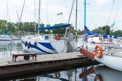 Affärsmannen förtöjde hans yacht på flodflottan Lyckad man i skeppsdocka arkivbilder
