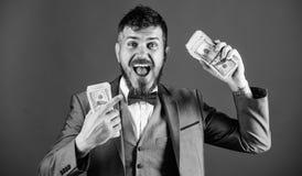 Affärsmannen fick kassapengar Få kassa lätt och snabbt Affär för kassatransaktion Hög för håll för lycklig vinnare för man rik av royaltyfri foto
