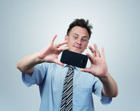Affärsmannen fotograferar smartphonen Arkivfoto