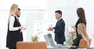 Affärsmannen gör en presentation till hans affärslag fotografering för bildbyråer