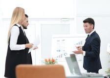 Affärsmannen gör en presentation till hans affärslag royaltyfri bild