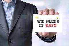 Affärsmannen GÖR VI IT LÄTT! meddelande på det visade kortet arkivbilder