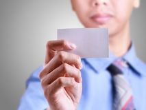 Affärsmannen ger en kortmall Arkivfoton