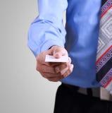 Affärsmannen ger en kortmall Fotografering för Bildbyråer