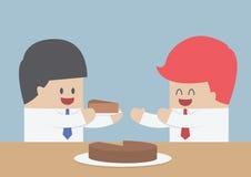 Affärsmannen ger ett stycke av kakan till andra, marknadsandelconcep Fotografering för Bildbyråer