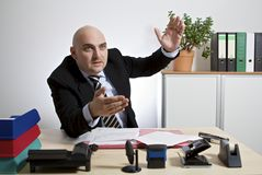 Affärsmannen gestikulerar i en kunddiskussion royaltyfri foto