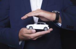Affärsmannen håller bilen fotografering för bildbyråer