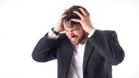 Affärsmannen har en stark huvudvärk Han rymmer hans händer på hans huvud och stängde hans ögon smärtar in Det lyckliga ung flicka Arkivbild