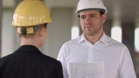 Affärsmannen har problem och ilsket på byggnad för konstruktionsplatsen lager videofilmer