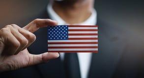 Affärsmannen Holding Card av Amerikas förenta stater sjunker arkivbilder