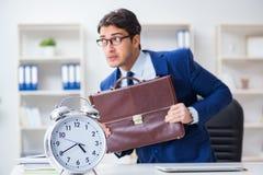 Affärsmannen i begrepp för ledning för dålig tid arkivbild