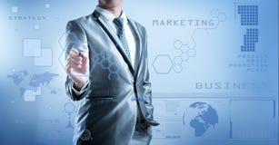 Affärsmannen i blåa grå färger passar genom att använda den digitala pennan som arbetar med di