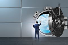 Affärsmannen i digitalt skydd mot cyberhot arkivbilder
