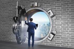 Affärsmannen i digitalt skydd mot cyberhot arkivbild