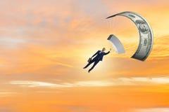 Affärsmannen i guld- hoppa fallskärm begrepp Arkivfoton