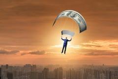 Affärsmannen i guld- hoppa fallskärm begrepp Royaltyfri Foto