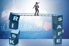 Affärsmannen i risk- och belöningaffärsidé Arkivbild