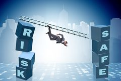 Affärsmannen i risk- och belöningaffärsidé Arkivfoton