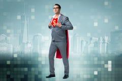Affärsmannen i superherobegrepp med den röda räkningen Arkivfoton