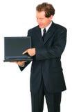 affärsmannen isolerade aktuellt högt le för bärbar dator royaltyfri bild