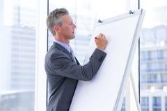 affärsmannen kan chart färdig grafgrpah för draw fullföljande bara som look behöver inte startat till whiteboarden skriver långt  royaltyfri bild