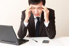 Affärsmannen lider från huvudvärk eller Asthenopia Royaltyfria Bilder
