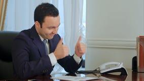 Affärsmannen lovordar hans kollega för en gjord jobbbrunn Royaltyfria Foton