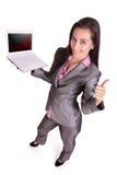 Affärsmannen med bärbar dator visar upp tumen. Royaltyfria Bilder