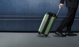 Affärsmannen med bagage går inom slutliga flygplatsavvikelser Royaltyfri Fotografi