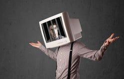 Affärsmannen med bildskärmen på hans huvud traped in i ett digitalt system Royaltyfria Bilder