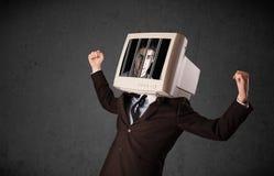 Affärsmannen med bildskärmen på hans huvud traped in i ett digitalt system royaltyfri fotografi