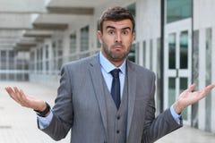 Affärsmannen med ` har jag inget idé`-uttryck arkivfoto