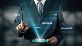 Affärsmannen med hologrammet för handikappförsäkring väljer fråga från ord stock illustrationer